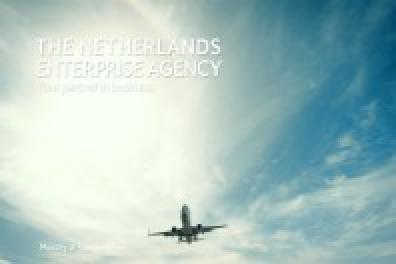 Vliegtuig voor blauwe lucht